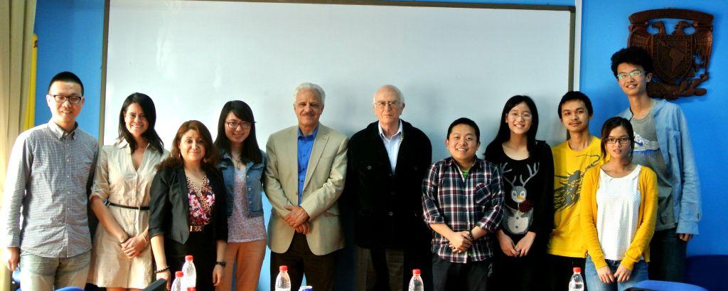 Director del Instituto de Investigaciones Sociales, Manuel Perló y el investigador del mismo insituto, Roger Barta, sostienen una reunión con estudiantes universitario chinos.