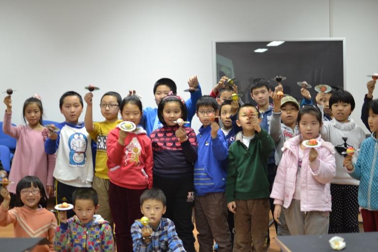 Cerca de 300 niños participaron en la primera edición de las Noche de las Estrellas en China.