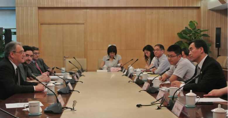 Reunión de la delegación de la UNAM con represenantes de la Universidad de Estudios Extranjeros de Beijing.