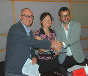 Después de la firma de convenio con la Vicepresidenta de la Editorial de la Universidad de Estudios Extranjeros de Beijing Dra