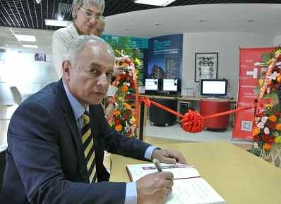 El Dr. Francisco Trigo, Secretario de Desarrollo Institucional de la UNAM, escribe un mensaje de agradecimiento por la apertura del Rincón UNAM.